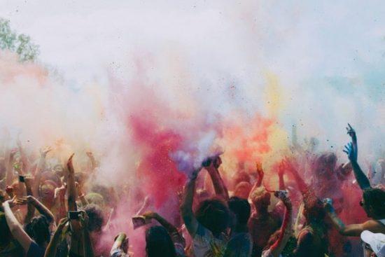Kleurrijk protest met veel rook