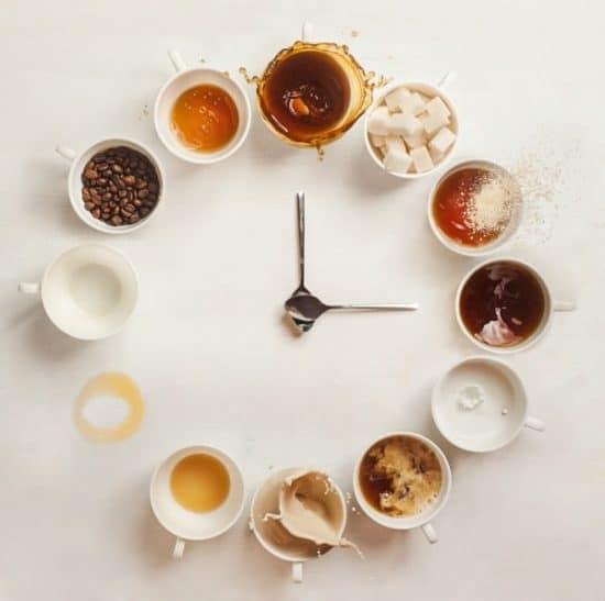 Koffiekopjes in de vorm van een klok