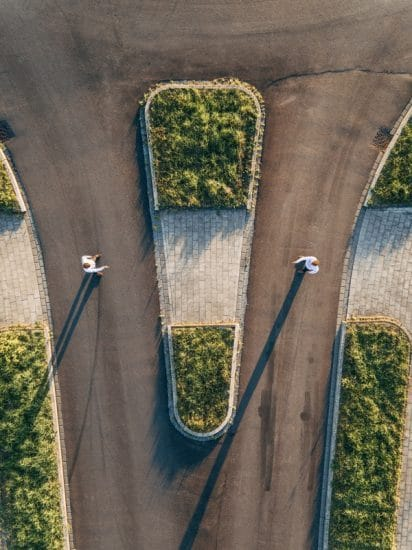 Luchtfoto van twee elkaar tegemoet lopende mannen