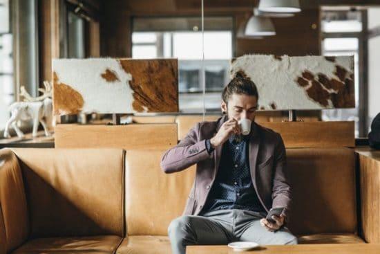 Rustig moment waarop een jonge man een kopje koffie drinkt