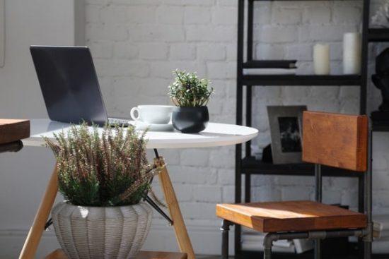 Werkplek thuis met tafel laptop in het ochtendlicht