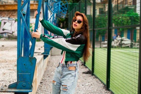Meisje poserend naast speelveld