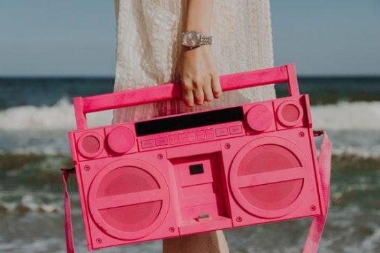 Depositphotos Trends 2019 vrouw branding draagbare radio