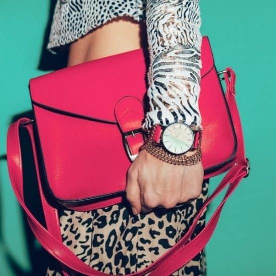 Vrouw met kleding en rode tas in de stijl van de jaren tachtig