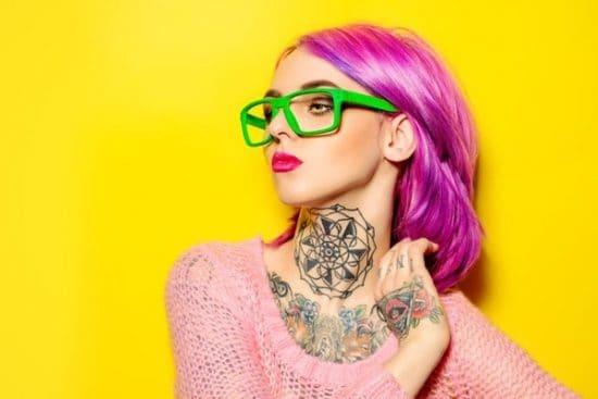 Jonge vrouw draagt felle kleuren tegen een gele achtergrond
