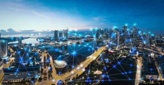 Lichtverbindingen boven een grote stad