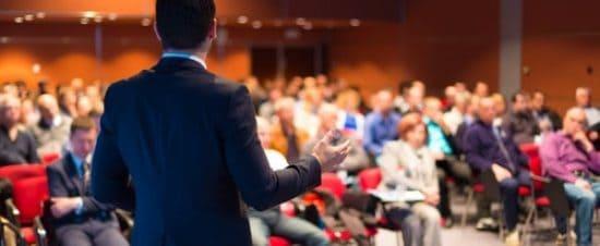 Spreker tijdens een grote vergadering