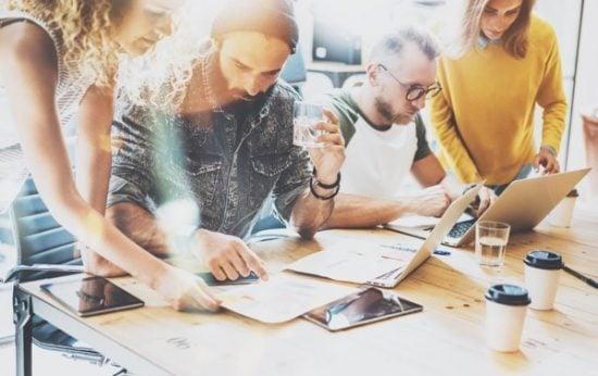 Jonge ondernemers werken samen aan tafel aan een project