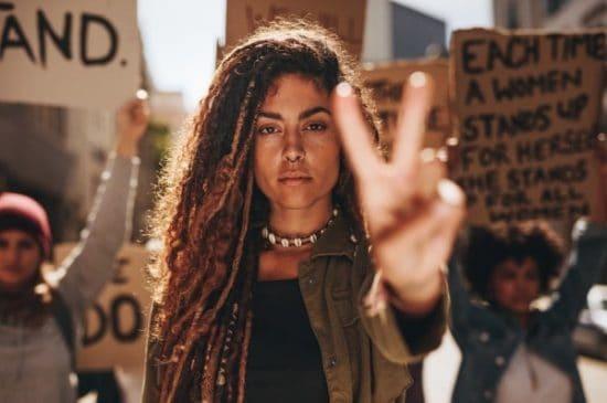 Jonge vrouw tijdens een protest