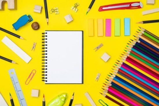 Photocase Trends 2019 stilleven tekenspullen op een gele ondergrond