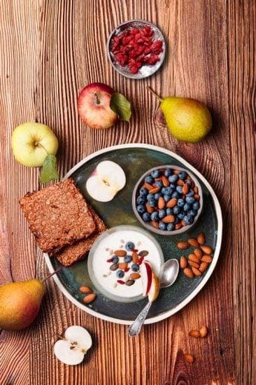 Gezond ontbijt met vruchten op een houten tafel