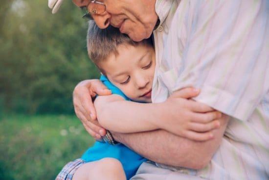 Opa geeft zijn kleinkind een knuffel