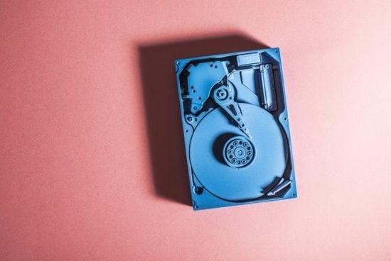 Cassettebandje op een vaal rode ondergrond