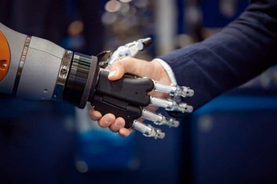 Robothand en menselijke hand