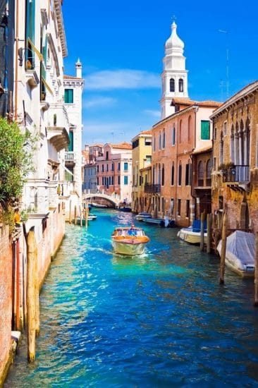 Kanaal in Venetië met boot