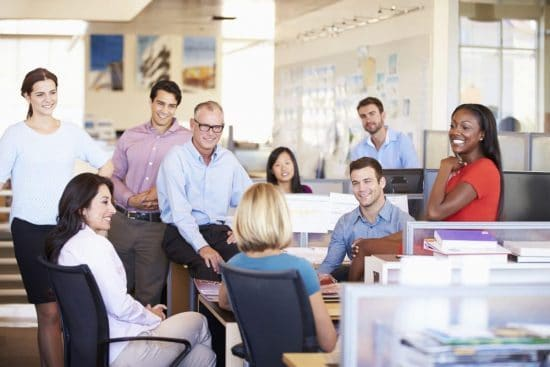 StockPhotoSecrets shop Werkbespreking in een moderne en open kantoorruimte