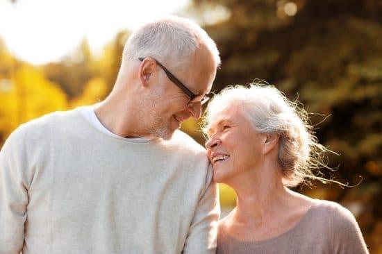 Gelukkig ouder echtpaar dat samen een wandeling maakt