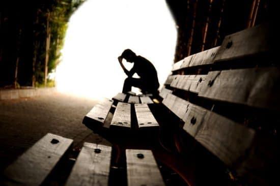 Tiener met depressie in een tunnel