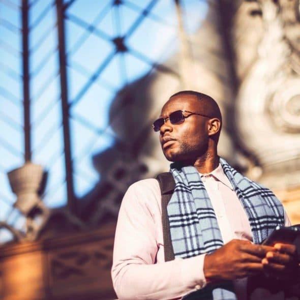 Photocase Jonge zakenman met zonnebril en smartphone