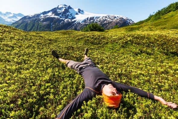 StockPhotoSecrets Shop Jonge man liggend in een alpenwei in de bergen