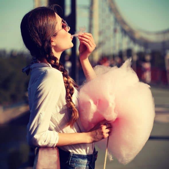 StockPhotoSecrets Shop Jonge vrouw met enorme suikerspin