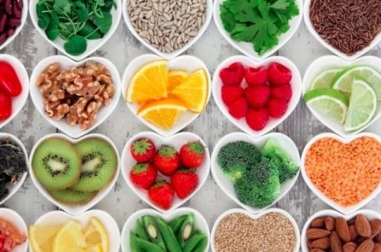 Hartvormige schaaltjes met kleurrijke, gezonde voeding