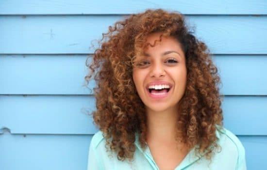 DPortret van een jonge, lachende brunette