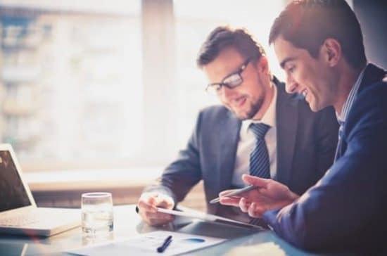 Twee ondernemers bespreken een project