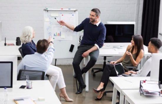 Werkbespreking of presentatie in een moderne kantoorruimte