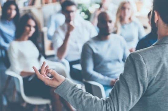 Business Coach die zich tot een groep toehoorders richt