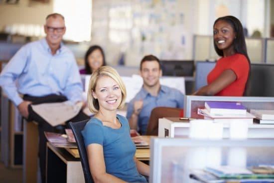 Lachende medewerkers in kantoor