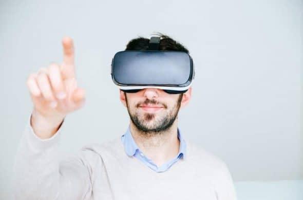 Photocase Man met futuristische bril wijst naar iets