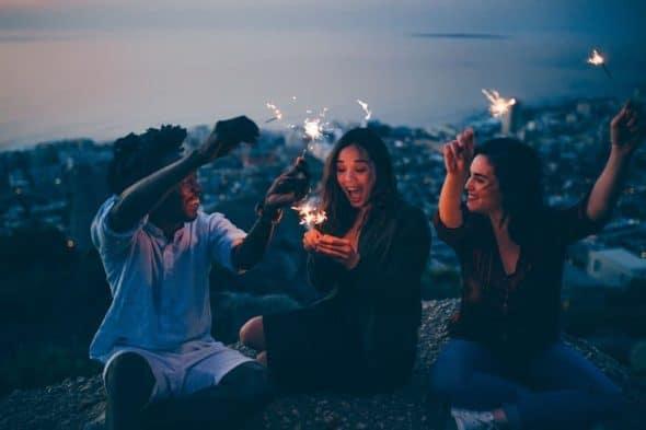 Photocase Jonge mensen aan het water meer sterretjes in hun hand