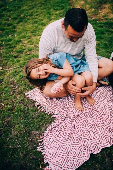 Photocase Vader met dochter zittend op een kleedje op het gras