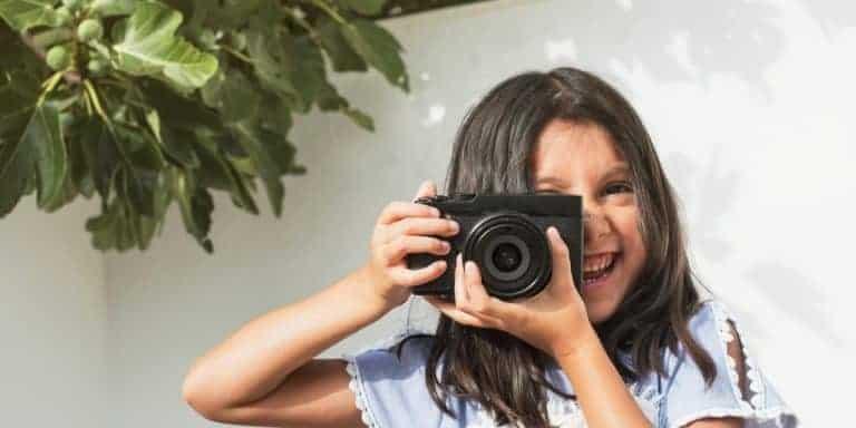 Photocase Jong meisje neemt lachend een foto - Google-advertenties