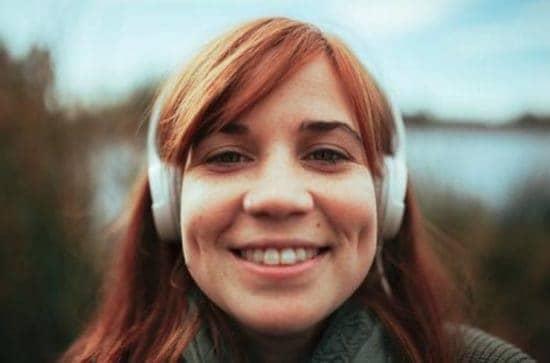 Lachend meisje met koptelefoon