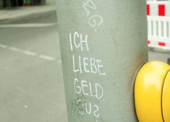 Tekst op betonnen pilaar