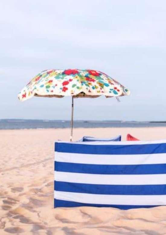Strand met windscherm en parasol