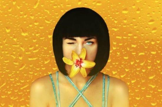 Illustratie van een vrouw met een bloem voor haar mond tegen een oranje achtergrond