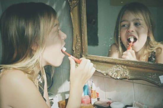 De beste foto's van Photocase 2019 - meisje staat voor de spiegel en poetst haar tanden