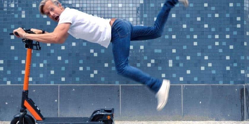 Man op e-bike zwaait met zijn benen door de lucht