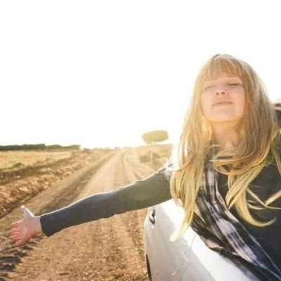 Jonge vrouw met arm buiten auto