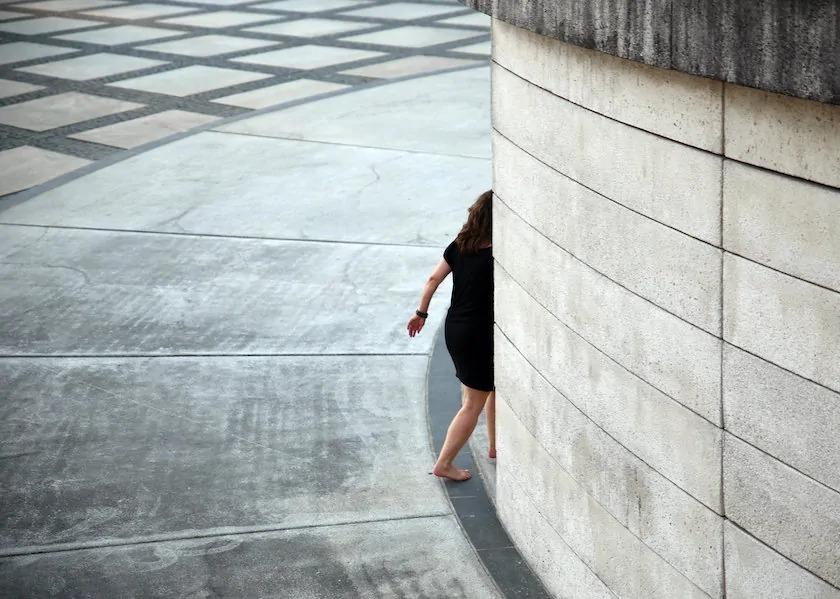 Vrouw loopt om ronde muur