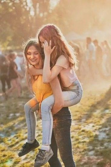 Twee meisjes hebben lol op een festival