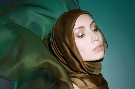 Portret van vrouw met sjaal