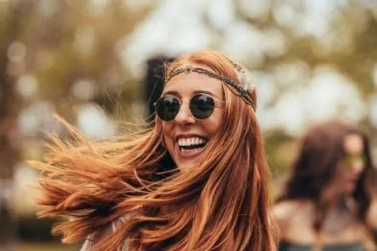 Portret van een glimlachende vrouw in retrostijl