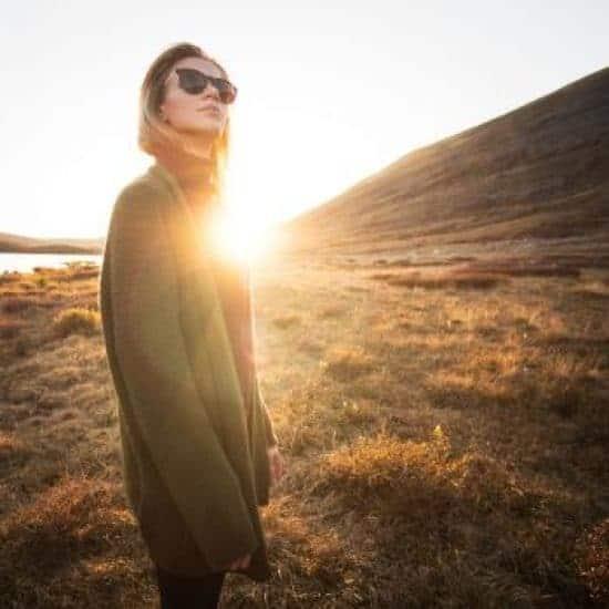 Jonge vrouw tijdens zonsopgang