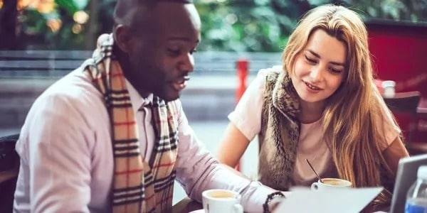 Vrienden studeren overleggen met een kopje koffie