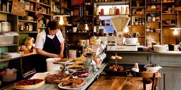 Vrouw aan het werk in een Frans cafe - foto voor social media