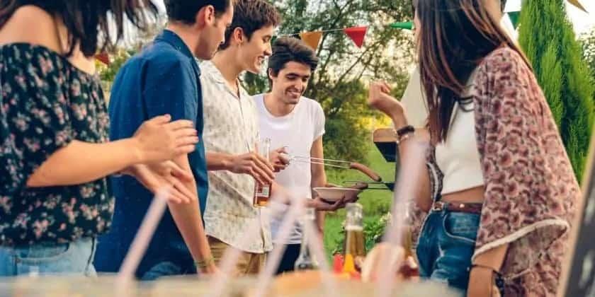 Een gezellig feestje met vrienden buiten